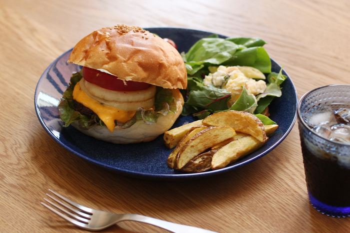 深い紺色が素敵なイッタラのプレートはシンプルなデザイン。ハンバーガーとポテト、サラダの定番セットもちょっと大人っぽくキマリます。
