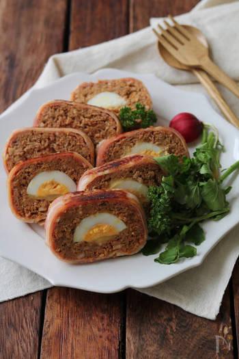 どっしり美味しいお肉のおかずならフライパンで作るミートローフがオススメです。形成したものをラップで巻いてそのあとにアルミホイルで包んで焼き上げるので失敗知らず。初心者の方でも上手に作ることができます。中の卵もまたかわいい。お花見にぴったりのレシピです。