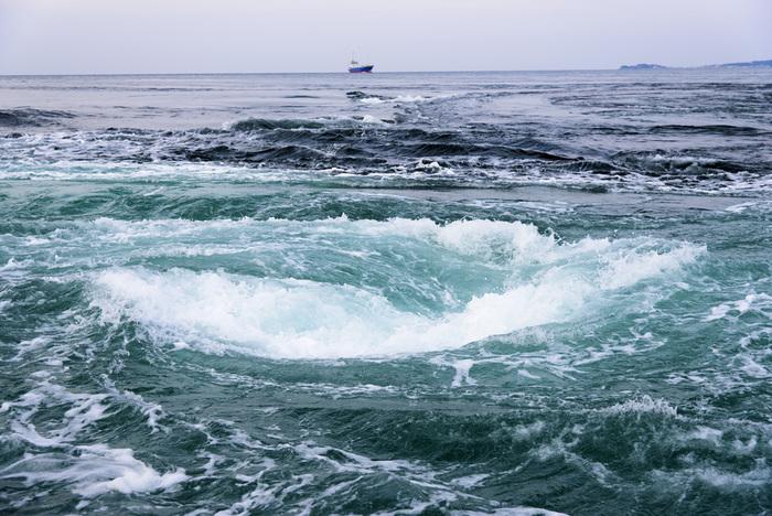 南あわじ市を訪れたら外せないのは、やっぱり鳴門の渦潮。鳴門海峡は兵庫県と徳島県の県境。幅が約1.3kmという狭い海峡に約6時間毎に起こる潮の干満によって、高速で海水が流れ込むことによって起こります。渦の直径は最大30mにもなることもあるそうで、これは世界でもかなり珍しい現象。間近で見物したいなら、福良湾や伊毘港から発着する観潮船を利用しましょう。