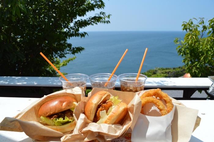全国ご当地バーガーフェスタでグランプリを受賞したことがある淡路島バーガーも食すことができます。ハンバーガーと言えばお肉ですが、ここのはちょっと趣向が違って、主役はたまねぎ。淡路島自慢の美味しい玉ねぎをサクッと揚げて、柔らかい淡路牛をトッピング。珍しいけどちゃんと美味しい!特別なバーガー、ぜひお試しあれ!