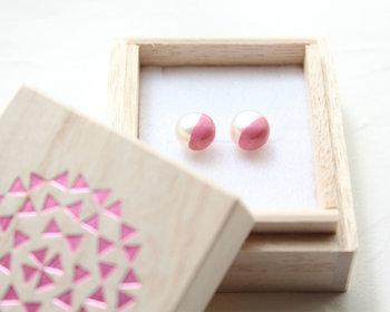 小振りの淡水パールをピンクの色漆で上品に色づけ。ほんのり和のテイストを感じさせ、小振りながら存在感のあるピアスです。