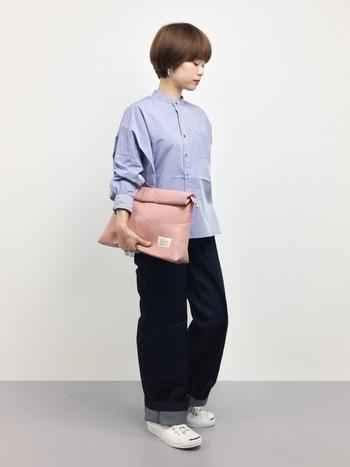 コーディネートを女性らしく演出したいなら、選ぶべきは柔らかなピンクの小物。ブルー系の洋服に合わせると甘くなりすぎず、洗練された大人感をキープできます。