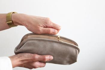 中はヌメ革仕様で、使い込むほどに飴色に変化して行く様子も楽しみに…。両脇にお札や領収書を入れるスペースと、カードポケットが計6つ付属してあり、もともとは長財布ですが、ポーチとして使用してもとってもお洒落です。