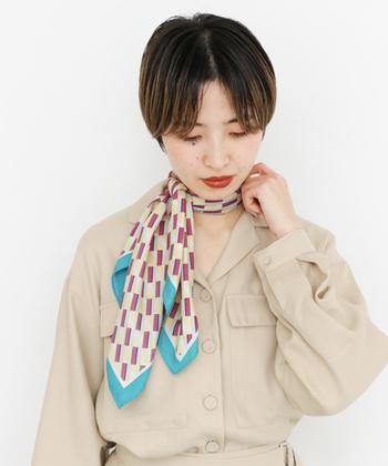コーディネートに女性らしい華やかさを添える「スカーフ」は、オフィスカジュアルのアクセントにおすすめのアイテムです。シンプルな着こなしに上品なスカーフをプラスして、洗練された大人のスタイリングを楽しんでみませんか?