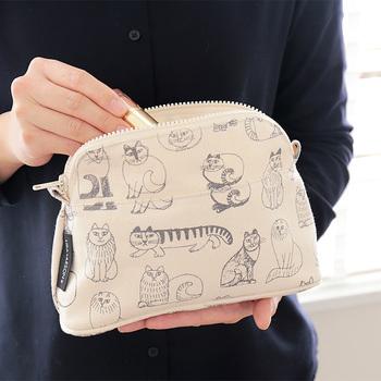 こちらは、スウェーデンを代表する陶芸作家、リサ・ラーソンが手掛けた可愛いネコ達がいっぱいに描かれたコスメポーチ。 手書きならではの柔らかなタッチと温かみのある風合いがなんとも魅力的です。