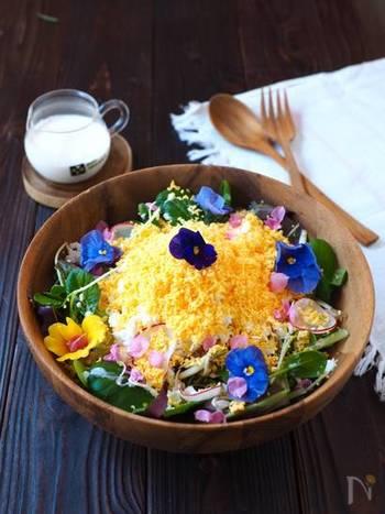 季節感あふれる美しいミモザサラダは、春のおもてなし料理にぴったりの一品です。色とりどりの綺麗な花が、食卓をパッと華やかに演出してくれますよ◎。