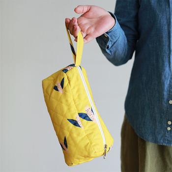 """House of Rym(ハウスオブリュム)のキッズコレクションからは、とっても可愛らしい「Bye bye birdie」ポーチをご紹介します。長方形な形のポーチの中には、たっぷりと物が入り、とにかく色々な用途に使えて、とっても便利です! また、どこかへ飛び立つ鳥たちのイラストも個性的でとってもキュート。山吹色のキルト生地もどこかレトロな雰囲気で、思わず""""ほっこり""""しちゃいます!"""