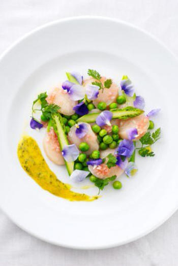 色鮮やかなエディブルフラワーが美しいカルパッチョは、春のおもてなしにぴったりの一品です。味のポイントになる2種類のソースをかければ、よりいっそう豪華な雰囲気に。いつものレシピに一工夫加えて、食卓をおしゃれに演出してみませんか?
