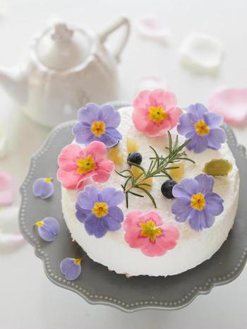 様々な料理を引き立てるエディブルフラワーは、スイーツのアクセントにも◎。優しい色合いのお花が春らしくて綺麗ですね。エディブルフラワーの華やかなケーキは、おもてなしシーンで喜ばれること間違いなしです。