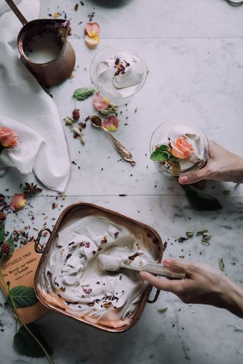 エディブルフラワーは生花だけではなく、ドライ加工したものも販売されています。焼き菓子をはじめ、カナッペのトッピングやチョコレートの飾りにしたりと、様々なレシピに応用できますよ◎。