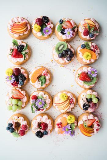 ヨーロッパでは古くからエディブルフラワーの文化があり、様々な料理やスイーツに用いられてきました。 エディブルフラワーにはパンジーやナスタチウムなど多くの種類があり、鮮やかな色彩で料理やお菓子を美しく引き立ててくれます。