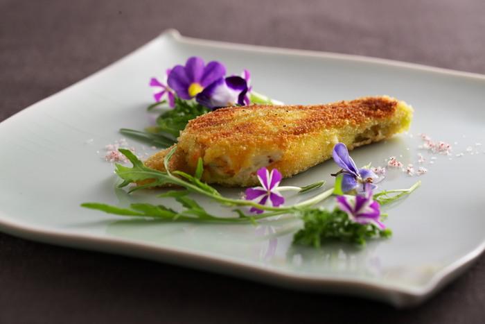 こちらのように料理のアクセントに綺麗なお花を添えると、春らしくて明るい印象になります。鮮やかなエディブルフラワーが白いお皿に映えて、とっても綺麗ですね。