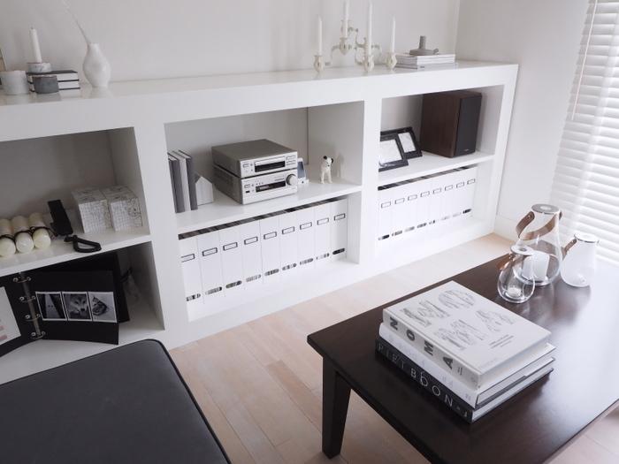 IKEAのスチール製ファイルボックスを使った雑誌&本の収納コーナーを作ったブロガーさん。真っ白なキャビネットとの相性抜群ですね!最初は少し手間はかかりますが、こうすることで、日々の暮らしが何倍も快適になりそうです。