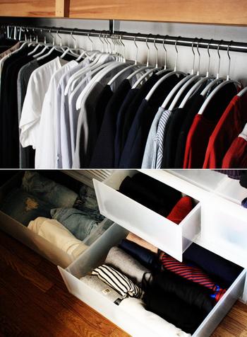さらに、洋服を色ごとに分けて掛けることで、洋服選びもスムーズに…。クリアボックスには、靴下&下着、薄手、厚手のものを、それぞれ分けて収納。これなら、引き出しを開けて、あれこれ迷わずに済むので快適ですね!