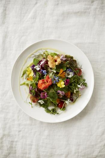 色とりどりの花をサラダに加えることで、まるでメイン料理のような豪華な雰囲気に。季節感あふれる華やかな一皿は、おもてなし料理にぴったりです。