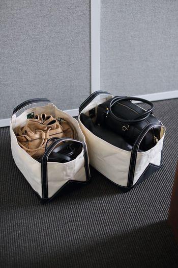 たためないレザーバッグなどは、型崩れを防いでトートバッグの中にスッキリ収納。取り出す時も、ひょいっと持ち出せるので、使い勝手も良さそう!