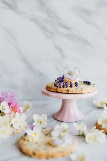 """色とりどりの花や草木が芽吹く春。 おもてなし料理やスイーツにも綺麗な""""お花""""を添えて、季節感あふれるおしゃれな食卓を演出してみませんか? 彩鮮やかな美しい花をアクセントにするだけで、いつもの料理やお菓子がより華やかに、春らしい印象になりますよ◎。 今回は《エディブルフラワー》を取り入れた素敵なおもてなしレシピをご紹介します♪"""
