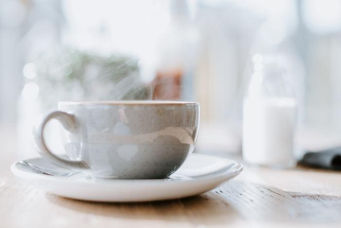 バターのコクが広がる、まろやかで味わい深いバターコーヒー。 腹持ちが良く満足感も得られるので朝食代わりに飲んだり、お昼後の一杯をバターコーヒーに変えてみたりと、日常で気軽に取り入れられるのも嬉しいですね。そろそろダイエットを考えている方は、まずはバターコーヒーから始めてみませんか?
