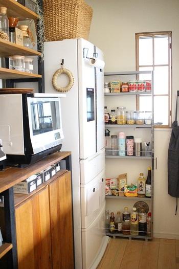 キッチンにありがちな冷蔵庫と壁の間の、わずかなすき間。 みなさんのおうちにはありませんか? この隙間を余すことなく活用しているのが、こちらのブロガーさん。引き出せるタイプのスリムな収納棚を使い、調味料などを上手に収納しています。水筒やタンブラーなどのある程度高さのあるものもスッキリ収納することが出来て、とっても便利なんだとか!