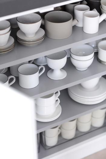 白い器が大好きというこちらのブロガーさんは、キッチン扉の中に飾るように食器を並べ、センスいっぱいの見せる収納に! この扉は、来客時に見える場所にあるため、あえて、お客様から丸見えになって大丈夫なように、見せる収納を意識したんだそうです。 自分の好きなものがキッチンの空間の中にあるだけで、よりキッチンに立つ時間が楽しい時間になりそうですね!