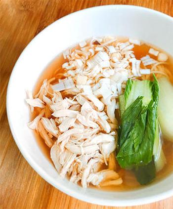 ささ身のゆで汁にカツオと昆布の合わせだしを加えて、おいしいスープに。低カロリー&高たんぱくなささ身、ダイエット中の方にもおすすめ。