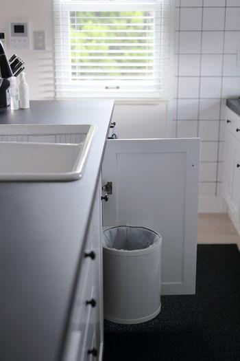 ゴミを捨てやすいように、全ての部屋にゴミ箱を置いている家は多いです。でも、床掃除の際に移動させたり、ゴミ箱自体を綺麗にしなければならない手間を考えれば、数を減らすのも一つの方法です。 ゴミ箱を一つにして、ゴミが出ればそこまで捨てに行く習慣をつければ、掃除の手間も場所も取りません。