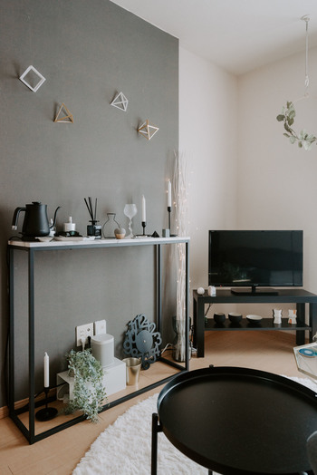 ディスプレイの背景が寂しいと、せっかくのオブジェが目立たないことも。  オブジェは置くだけでなく、壁面にも飾れるものをプラスするとgood。  貼る・吊るすディスプレイで彩りをプラスしましょう。