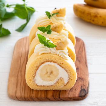 バナナを丸ごと1本巻いたバナナのロールケーキ。ミキサーでじっくりと泡立てるのがふんわりとした生地にするコツ。ちょっぴり手間はかかりますが、その分美味しいロールケーキに仕上がります。