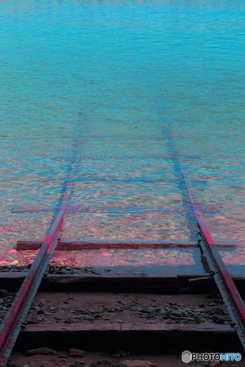 駅から10分ほど歩いたところには、海へと続く線路が……。「千と千尋の神隠し」に出てくる水の上を走る電車のシーンを彷彿させる場所として人気のある場所は、ぜひ訪れたいスポットです。