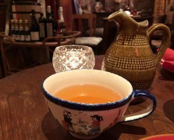 ガレットを頂く際に欠かせないのが、りんご酒・シードルです。フランス・ブルターニュ地方の伝統的な手描きのカップで提供されます。  ※アルコール分は4%ですが、これからの楽しい予定のために、飲みすぎに注意しましょう◎