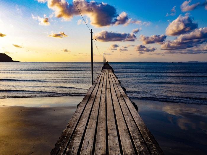 海への伸びる木製の桟橋。昼間の爽やかな情景も気持ちいいのですが、一番魅力的だと言われるのが夕方。地元の人がお散歩などで訪れる穏やかな空気が流れる場所で、春の休日を満喫してみてはいかが。