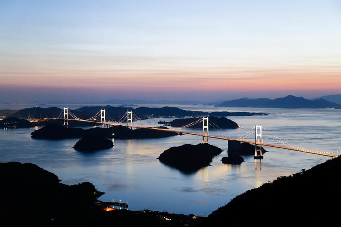 広島県と愛媛県の間の瀬戸内海に浮かぶ島々を7つの橋で結んだ「瀬戸内しまなみ海道」。青い海と緑豊かな島々、そして美しい橋が織り成す風景はどこを切り取っても絵になります。