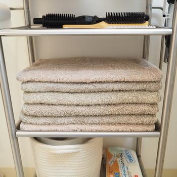 ブロガーさんは、一番上には顔や手を洗った時に使うハンドタオル、その下にはブラシ類、真ん中にはフェイスタオルを収納しているそうです。使い勝手の良いように、自分用または家族用にカスタマイズして使ってみてはいかがでしょうか。
