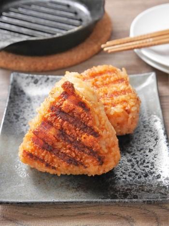 いつも白ご飯の上に、卵や納豆、ふりかけをかけたり・・と、食べ方がマンネリ化している方におすすめ。白ご飯も美味しいですが、たまにはスキレットで、おにぎりを熱々に仕上げてみませんか。  こちらのレシピでは、韓国風の味わいにアレンジ* 豆板醤と醤油の焦げた香ばしい香りと、とろけるチーズが食欲をそそります。  しっかりとおにぎりを握ることで型崩れせず、きれいに焼くことができますよ。
