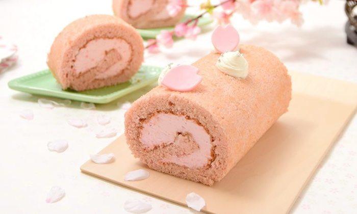 生地とクリームに桜風味ペーストを加えた米粉のロールケーキは、見た目も味も春らしさ満点♪仕上げに花びらチョコや桜の花の塩漬けをトッピングすれば、お店にも負けない完成度に!
