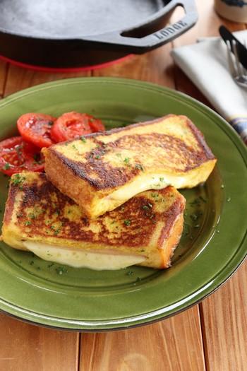 こちらは、甘くないフレンチトースト。  パンにロースハムとスライスチーズを挟んで、たっぷりのバターを溶かしてからスキレットで焼きます。一口噛むとバターの風味がじゅわっと口の中に広がって、さらにチーズのトロトロ感、ジューシーさがたまりませんよ。  添えてある焼きトマトも甘味が増しておいしいですね。