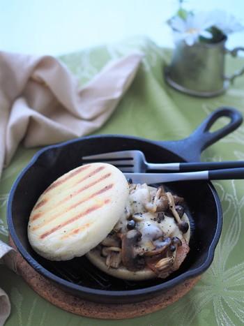 イングリッシュマフィンをスキレットで焼いて、きれいな焼き色を♪ こちらのレシピは、既に炒めているきのこなどの具材をマフィンで挟んで、スキレットでさら全体を温める・・という手順になっています。  きのこのコリッとした食感に、溶けたチーズのまろやかさも相まって、とても美味しいですよ。スキレットで焼いているのでパンはカリっとしていて、いろんな食感を楽しむことができます。