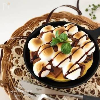 定番パンケーキに、マシュマロをのせた、スモアパンケーキはいかが♪  こちらは、コンロではなく、オーブントースターの中に入れて、マシュマロに焼き色をつけましょう。 スキレットならではの、とろ〜り熱々感がたっぷり詰まった、テンションを高めてくれる一品です。