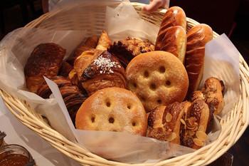 「ブラッスリー・ヴィロン 渋谷店」のモーニングセットは、シンプルなお食事パン2種類のほか、「ヴィエノワズリー」と呼ばれる、バターや卵をたっぷり使ったリッチなパンを2種選ぶことができます。店員さんが持ってきてくれるカゴの中から選んだら、セットのドリンクと一緒にいただきます。食べきれないときは、持ち帰ることもできるそうですよ。