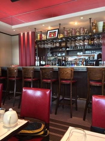 カフェスペースにはラグジュアリーなカウンター席のほか、ゆったりとしたテーブル席も多くあります。1階で購入したパンをドリンクと一緒にいただくことができるほか、豪華なモーニングセットが大人気なんです。