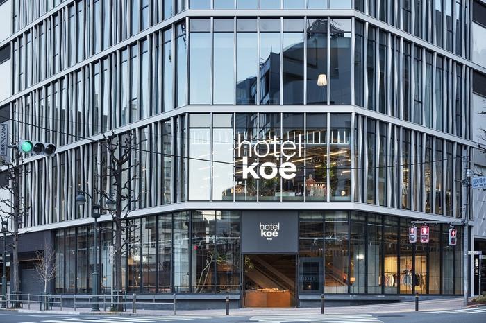 7:30からオープンする「koe' lobby」は、渋谷駅から徒歩約8分の場所に位置するホテル「hotel koe」の1階にあるベーカリーレストランです。洗練された外観がかっこよく、目を奪われますね。2018年2月にパルコ2の跡地にオープンした「hotel koe」は、2階がお洋服や雑貨のショップ、3階が宿泊スペースになっています。ホテルに泊まらない人でも、レストランとショップを利用することができます。