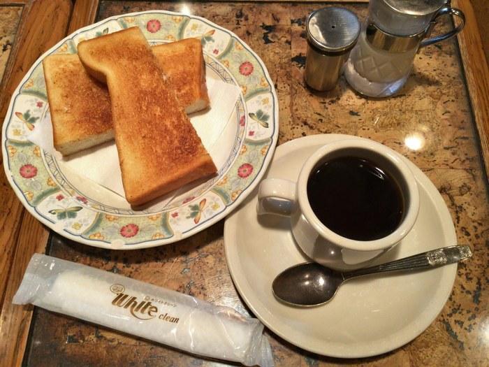 「青山茶館」では、バタートーストとドリンクのモーニングをいただけます。さっくりとした食感のトーストは、朝まで遊んでくたくたになった身体にもちょうどいいボリューム感。ノスタルジックな店内でのんびりと過ごす、優雅な時間もごちそうです。