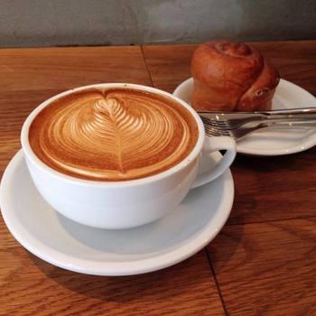 お店の看板メニューは、「ストリーマーラテ」という名前のエスプレッソとミルクのコーヒーです。繊細なラテアートにもご注目。ラテアート世界チャンピオンがプロデュースしているそうで、パンとの相性も抜群です。