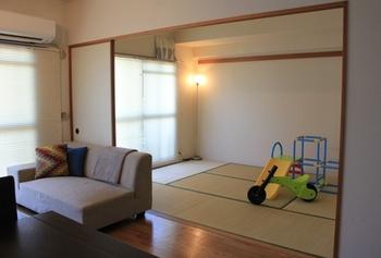 こちらのお宅のように、リビングとひと続きになった和室コーナーは、客間としてだけでなく、洗濯物をたたんだり、お子さんの遊び場として使ったりとマルチに役立ちます。  既存の和室が上手く活用されているのか、一度チェックしてみましょう。