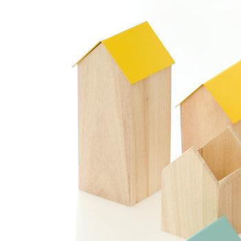 シンプルなお家の型の小物入れ。屋根の部分が蓋になっているので、ペンスタンドを入れておけば見た目もすっきり。機能性重視になりすぎない、遊び心を取り入れたデスク周りに。