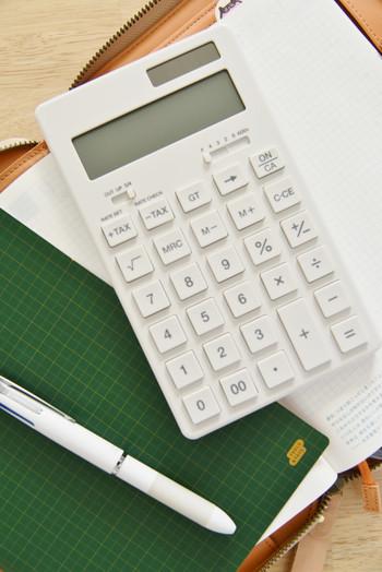 「使ったあとに残った分を貯める」では貯金はうまくできません。そためにも家計の収支をきちんと把握しておくようにしましょう。目安の割合を貯めるのが難しければ、いくらなら貯金できるのか計算して先取り貯蓄をはじめましょう。意識するだけでも大きく変わってきますよ。