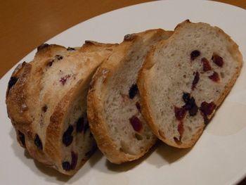 ブルーベリーとクランベリーの全粒粉のパン『ベリベリーのコンプレ』。