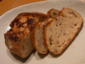 ピーカンナッツとホワイトチョコ入りの『ライチョコ』。 ほかに『ライカンパーニュ』『おいものパン』などのラインナップが。