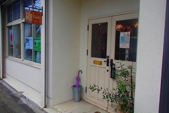 カフェを併設し、2012年にオープン。店名「フィドル」とは、アメリカやイギリスの民族音楽で使われるヴァイオリンのことで、店内では、折に触れて、アイルランド音楽のコンサートやうつわなどの作家の個展、お菓子作りではアイシングなどのワークショップが開かれます。