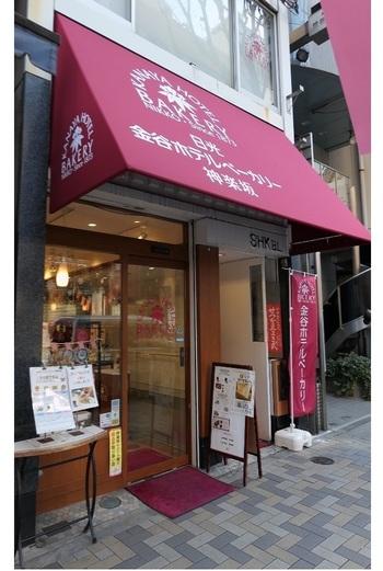 日本有数のクラシックホテルとして知られる金谷ホテル(栃木県日光市)直営のパン販売店は、神楽坂のちょうど中腹あたりに立地。